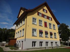 Schulhaus Ermenswil nach Abschluss der Sanierungsarbeiten im Sommer 2017