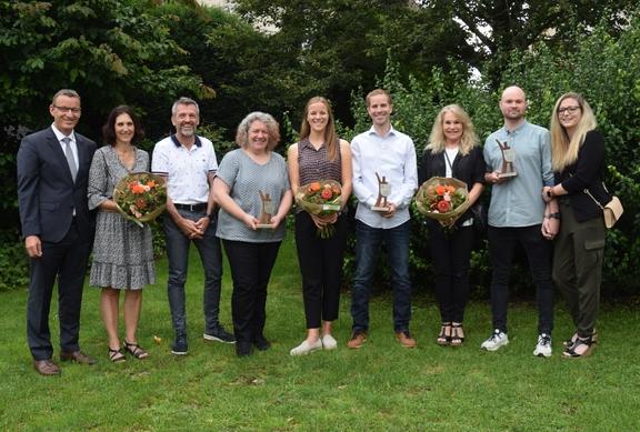 Gemeindepräsident Cornel Aerne mit allen Delegationen der Award-Gewinner